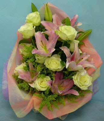 11 adet gül ve 2 adet kazablanka buketi  Çankırı İnternetten çiçek siparişi