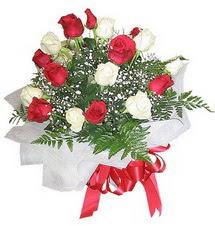 Çankırı kaliteli taze ve ucuz çiçekler  12 adet kirmizi ve beyaz güller buket