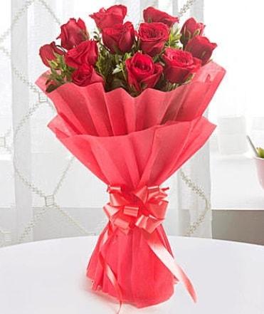 12 adet kırmızı gülden modern buket  Çankırı hediye sevgilime hediye çiçek